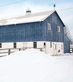 the perfect shade of blue!! never ever seen a blue painted barn before!! loove it!!!  I LOVE THIS BARN!!!  I could live in there~