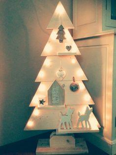 steigerhouten kerstboom met plankjes en lichtjes in white wash.