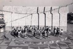 Praça Afonso Botelho. Em meados de 1972, o terreno de desnível abrupto que forma a baixada próximo ao estádio do Clube Atlético Paranaense deu lugar à mais moderna área em bairro de atividades de esportes, lazer e cultura de Curitiba à época. Foto: Arquivo/FCC
