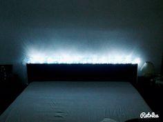 Lampada realizzata con bottiglie di acqua ad incastro e filo di luci.