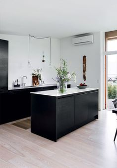 Black and white kitchen with a sharp and minimalistic look.