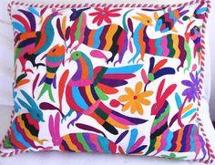 Fundas para cojines con bordados en hilos de colores | Mexico