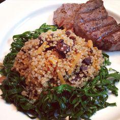 Quinoa com funghi e cenoura em caminha de couve + filé mignon grelhado!  Receita no blog!!
