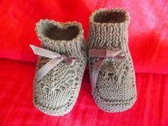 PATUCOS o ZAPATITOS de bebé tejidos a 2 agujas con punto jersey revés,punto media, elástico 1/1 y calado fantasía en el empeine, hemos ut...