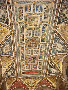 По билету в Сиенский собор Дуомо можно зайти в небольшую, но абсолютно сказочную библиотеку. Все пространство библиотеки покрыто фресками и орнаментами работы…