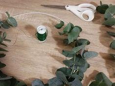 Ideoita kotiin-blogissamme on ohje helpon joulukranssin tekemiseen! Tarvitset vain eukalyptuksen oksia, jonkin kehikon, ohutta lankaa sekä narua ripustukseen!