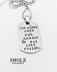Halsband med handstansad bricka av rostfritt stålStorlek: 36x24 mmText: Det måste vara kul. Annars är det inte roligt.Halsbanden säljs med kedja eller ett svart