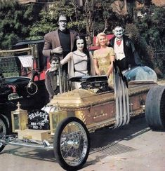 The Munsters ( Rare colour photo ) = obviously their TV show was filmed in B&W so to see a colour individual photo of the cast ,takes a while to get your head around ! The Munsters, Munsters Tv Show, Munsters House, La Familia Munster, Tv Movie, Movie Cars, Dark Romance, Carros Lamborghini, Classic Monsters