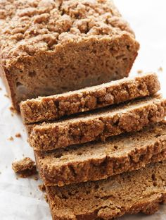 Pear Quick Bread with Streusel Topping - What to do with those overripe pears sitting on your counter? Make an easy pear quick bread… Pear Quick Bread, Pear Bread, Fruit Bread, Banana Bread, Chocolate Slice, Flourless Chocolate Cakes, Pear Recipes, My Recipes, Recipies