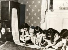 1938 In 1938 the first wireless newspaper was sent from WOR radio station in New York. This photo shows children reading the children's page of a Missouri paper. (via nationaalarchief) Ideas Para Inventos, Missouri, Weird Inventions, Old Time Radio, The Jetsons, Kids Reading, First World, Newspaper, Vintage Photos