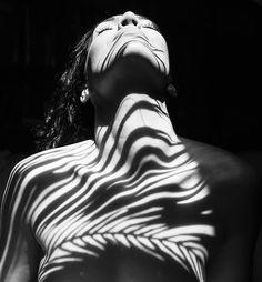 """O espanhol Emilio Jiménez é o autor do projeto """"Anatomia natural, salvaje"""", uma série fotográfica incrível que mistura o nu feminino e natureza. Através de imagens P&B, Emilio cria composições visuais deslumbrantes. Com um olhar impecavelmente artístico, o fotógrafo joga com luz e sombra, sempre em busca do ângulo perfeito p..."""