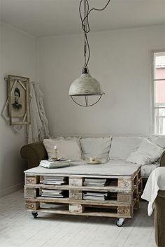Une table basse en palette inspiration scandinave http://www.homelisty.com/meuble-en-palette/