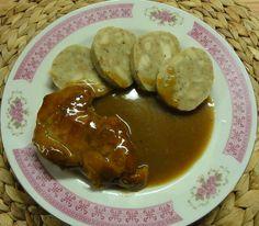 Cibulovo-pivní omáčka s vepřovým masem | recept. Omáčky jsou klasikou české kuchyně a doplňují především různé druhy masa. Vš Czech Recipes, Ethnic Recipes, Baked Potato, Stew, Sausage, Pork, Menu, Potatoes, Chicken