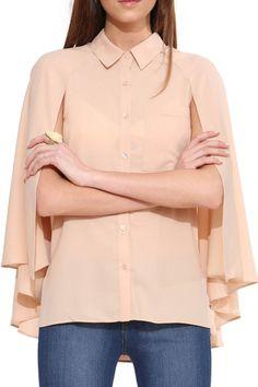 Camisa con estilo único. Esta blusa cuenta con mangas estilo capa con aperturas en los brazos. Completá el look con pantalones y tacos.