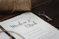 Wedding Style Shooting Papeterie Invitation Wedding Planner: One Day Photografer: Hannah & René Wedding Styles, Wedding Planner, Place Cards, Wedding Invitations, Place Card Holders, Green, Vintage, Paper Mill, Wedding Anniversary