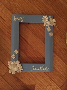big-little : picture frame, fake flowers, white puffy paint, hot glue, hot gun, blue and white paint #frame #frames #bigandlittle #bigsandlittles #big&litle #sorority #sororitythings #mets #lineage