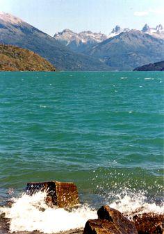 Lago Puelo. Límite con Chile, el cerro Tres Picos que se observa en el fondo.