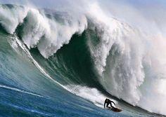 Surfen ja, aber die Wellen sind dann doch ein bisschen hoch   | Foto: dpa