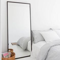 Dit is ook een optie, een grote spiegel naast het bed in de slaapkamer. Zie bio link. #spiegel #mirror #slaapkamer #bedroom #schlafzimmer #sovrum #interior #interieur #interior123 #interior4all #interior4you #bolig