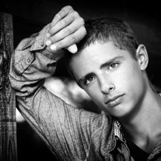 Trendy Photography Poses For Guys Men Senior Boys Ideas Senior Picture Poses, Boy Senior Portraits, Senior Boy Poses, Senior Portrait Poses, Photography Senior Pictures, Male Senior Pictures, Man Photography, Senior Guys, Senior Photos