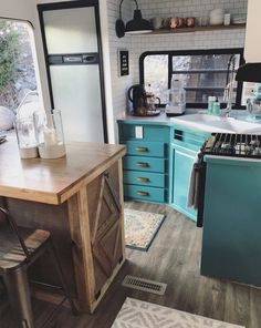 You're going to love this modern and eclectic camper tour from Our Tiny Abode! trailer remodel color schemes Tour this modern and eclectic camper from Tyni House, Tiny House Living, Rv Living, Truck House, Living Room, Kombi Motorhome, Camper Trailers, Travel Trailers, Trailer Interior