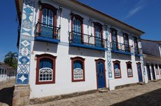 The geometric drawings on the facades are marks from the Masons that was primarily the first and main owners to establish in Paraty.