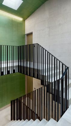 Avocado green is an excellent choice for interior decoration – Page 25 of 29 – zzzzllee – staircase Rustic Staircase, Staircase Handrail, Stair Railing Design, Balcony Railing, Banisters, Modern Staircase, Spiral Staircase, Barn Renovation, Interior Stairs