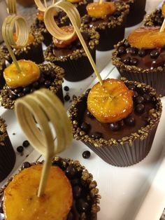 Cup cake chocolat banane-caramel mou à la fleur de sel Caramel Mou, Caramel Apples, Cake Chocolat, Cupcakes, Desserts, Food, Banana, Tailgate Desserts, Cupcake Cakes