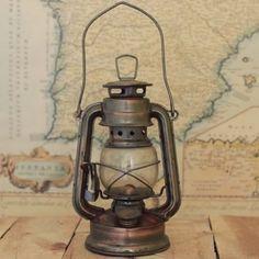 アンティークのランタン  こちらは1902年に製造されたD-Liteと呼ばれるタイプのランタンです。主に鉄道で使われていたそうです。こうしたアンティークランタンはインテリアやエクステリアのアイテムとして人気があります。