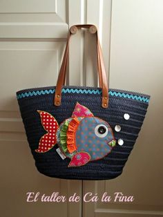 Straw bags are the first ones that come to mind when you talk about summer bag models. Straw bags can be hand-knitted or ready-made. Other popular bags in Sacs Tote Bags, Diy Tote Bag, Patchwork Bags, Quilted Bag, Bag Quilt, Sacs Design, Diy Sac, Denim Crafts, Diy Handbag