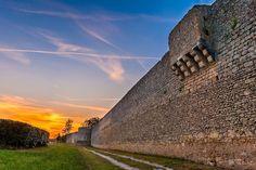 Pour finir cette journée, un joli coucher de soleil sur la muraille d'une cité médiévale en Anjou...   Savez-vous laquelle ?