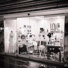 ¡Feliz Domingo desde la ofitienda más bonita del mundo mundial, es decir, la #ofitiendaLOVE! #notengoabuelajajaja  Hoy finaliza mayo y con él, la temporada de Comuniones. Empezamos el montaje de la #comunióndeAlicia. GRACIAS ¡en mayúsculas! a todas las mamis y papis, que han confiado en LOVE, para el día más importante de sus peques. ¡Vivan los Lovers! ¡Feliz Día!  Ali LOVE #love #amor #comunion #wedding #weekend #weddingplanner #rugecarranza #weddingsinspain #destinationwedding #design…