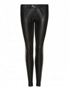 Post Consiglio: Indossati di giorno con sneakers e berretto e di sera con tacchi e blazer. Versatilissimi i pantaloni in ecopelle Sisley.  #Pantaloni #ecopelle #PostConsiglio #Sisley #FashionBlogger