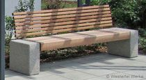 Traditional public bench in wood and concrete (modular) Outdoor Garden Furniture, Outdoor Decor, Concrete Bench, Concrete Design, Wood Stone, Garden Seating, Outdoor Landscaping, Bed Design, Wood Projects