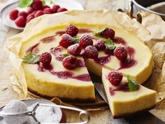 VADELMA-VALKOSUKLAAJUUSTOKAKKU Cheesecake, Desserts, Food, Cheesecake Cake, Postres, Deserts, Cheesecakes, Hoods, Meals