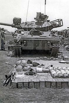 Things that go ' BOOM ' Stand-down maintenance of Sheridan tank, Vietnam Vietnam History, Vietnam War Photos, Sheridan Tank, Patton Tank, Tank Armor, Military Armor, Armored Fighting Vehicle, Military Pictures, World Of Tanks