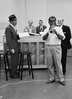 Frank Sinatra & Louis Armstrong in rehearsal for The Edsel Show, Jazz Artists, Jazz Musicians, Music Artists, Famous Musicians, Louis Armstrong, Music Icon, Music Music, Dean Martin, Jazz Blues