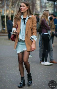 Street style look com jaqueta jeans e coturno.