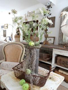 Love the simplicity of the Queen Anne's Lace arrangement... via princessgreeneye