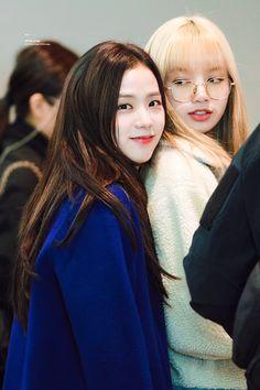 """blackpink members clinging onto lisa at the airport: a thread"" Blackpink Jisoo, Kpop Girl Groups, Korean Girl Groups, Kpop Girls, Kim Jennie, Yg Entertainment, Girls Generation, Blackpink Youtube, Lisa Black Pink"