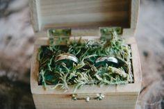 В обручальные кольца были размещены внутри деревянный ящик.  Место проведения: Корал-Гейблс Музейное событие Планировщик: Марисоль Олсен