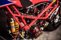 2003年式のモンスター1000をベースとしたカスタムバイクDucati Pata Negraをご紹介します。往年の空冷Ducatiレーサーが好きな人にはたまらないスタイルですが、オリジナルを再現するというよりは、今の技術を使って当時のバイクを再び作り上げるといった形のカスタムバイクです。エキゾーストの位置的に、中途半端な格好で乗ると火傷必須ですね。 空冷のバイクというのはユニークな魅力がある。これは空冷のバイクのほうがエンジンを身近に感じる事が出来ることから来ているのかもしれない。ライダーは山道を駆け抜けるバイクの真ん中にいるようなフィーリングを感じる事が出来るのだ。プラスチックのフェアリング遮られることなく、機械に乗っているのだと実感出来、バイクが持っているその魅力を思い起こさせるのだ。 マドリッドをベースにするXTR Pepoは、Ducati TT1やTT2、そしてF1にインスパイアされたPata Negraを製作した。XTR Pepoの創設者であるPepo Rosellは、長年に渡り美しいカスタムバイクの製作に携わってきた。そしてその手腕はこの Pata…
