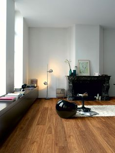 Quick-Step Laminate Floorning - Largo 'Spotted gum' (LPU1997) in a modern living room. To find more living room inspiration, visit our website: https://www.quick-step.co.uk/en-gb/room-types/choose-the-perfect-living-room-flooring #salon #woonkamer