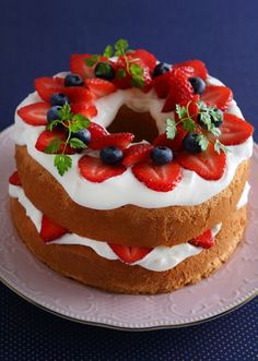 Layer cake with cream and fresh fruit Cooking For One, Fun Cooking, Cooking Recipes, Cooking Icon, Cooking Cake, Chiffon Cake, Savoury Dishes, How To Cook Chicken, Cake Decorating