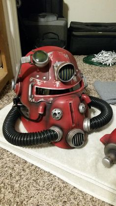 Nuka Cola helmet from start to finish! Fallout Props, Fallout Funny, Fallout Art, Fallout Power Armor, Fallout Cosplay, Post Apo, Fall Out 4, Prop Making, Futurama