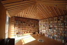 以前『大容量の本棚(壁一面の収納)を簡単にDIYで作る方法。』という記事を書いたことがありますが、「壁一面の本棚」というのはインテリア好き・読書好きなら誰もが夢見る憧れの一つなのではないかと思います。 『Reader request - bookshelves』では、そんな夢を実現した、羨ましい人達の部屋を数多く紹介しています。 また、カッコいい部屋の写真やCGなどを徒然なるままにクリップしている私のTumblr『インテリアコーディネートラボ.』にも、そんな「壁一面の本棚」の写真が結構集まっていましたので、こちらもまとめて紹介。 いかがでしたでしょうか? 巷では書籍のデジタル化が注目を集めていますが、こういった「本棚」の持つ魅力も捨てがたいものです。 スッキリとした部屋と情報の検索性をとるか、お気に入りの本達に囲まれた至福の空間をとるか、うーむ、悩みますね。 ■ 手軽に「壁一面の本棚」を作ってみたい方は → 大容量の本棚(壁一面の収納)を簡単にDIYで作る方法。 ■ 他のカッコいい部屋の写真を見てみたい方は → インテリアコーディネートラボ.