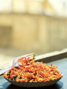 Chinese bhel, this freshly-fried noodles tossed in with shredded vegetables, soya sauce, chili oil and ginger water make it a delicious snack. You can toss this dish together in a jiffy, although you cannot really make it in advance. Side Recipes, Mexican Food Recipes, Ethnic Recipes, Chinese Recipes, Indian Recipes, Seafood Recipes, Chinese Bhel, Chinese Food, Mexican Bhel Recipe