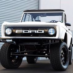 Findlay Customs Ford Bronco restomod. Vintage. Perfect. Classic Bronco