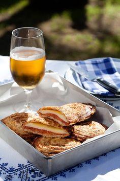 Jaffels met verskillende vulsel idees - Weg! Toast Sandwich, Cowboy Party, Hamburgers, Dessert Recipes, Desserts, Gravy, Scones, Hot Dogs, South Africa