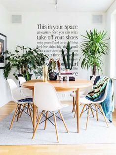 Keltainen talo rannalla: Värikästä pintaa ja yksityiskohtaa Take Off Your Shoes, Keys Art, Fine Dining, Decoration, Your Space, Dining Room, Relax, Chair, Inspiration